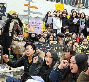 慰安婦問題の集会。参加者は少女像の周りで日韓合意の破棄を訴えた=21日、ソウルの日本大使館近く、東岡徹撮影