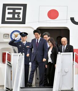 米ハワイ・オアフ島のヒッカム空軍基地に到着した安倍晋三首相(左から2人目)と稲田朋美防衛相(同4人目)=26日午前、代表撮影