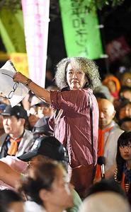 安保法成立の直前、国会前デモで演説する落合恵子さん。亡き母の介護中に時間節約で始めた「怒髪」と呼ぶ髪形に、怒り続ける意思を込める=2015年9月、東京・永田町