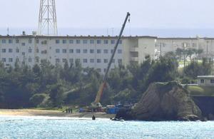 米軍キャンプシュワブの浜辺では、クレーンが出され、作業員が集まっていた=27日午後2時45分、沖縄県名護市、福岡亜純撮影