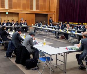東京電力福島第一原発事故の新たな費用負担案と、それに伴う「電力システム改革」の見直し案をまとめた経済産業省の有識者会議=12月16日、東京・霞が関
