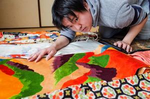着物を貸し借りする「Wa Lend(ワ・レンド)」の上田剛士さん。会社を置く実家でも、母の和服が借り手を待っている=熊本県大津町