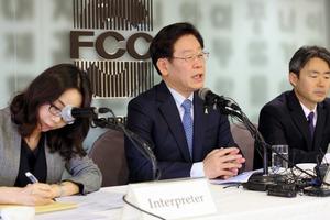 記者会見する韓国の李在明(イジェミョン)城南市長=27日、ソウル、東岡徹撮影