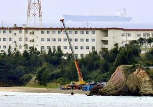 米軍キャンプ・シュワブの浜辺では、クレーンが作業していた=27日午後3時4分、沖縄県名護市、福岡亜純撮影