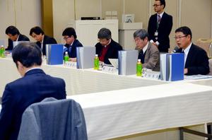 九電の担当者(手前左)らに質問する部会の委員たち=佐賀市天神2丁目