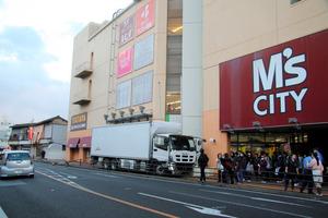 商業施設の入り口付近まで突っ込んだトラック=熊本県水俣市大黒町2丁目