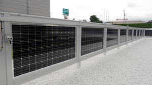 パナソニックの太陽電池「HIT」=2015年7月、大津市