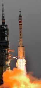 「宇宙白書」で宇宙開発を加速する方針を明らかにした中国。写真は有人宇宙船「神舟11号」を搭載して打ち上げられたロケット=10月17日、中国・酒泉衛星発射センター、益満雄一郎撮影