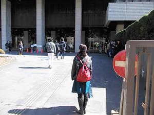 控訴審の公判を傍聴しようと東京高裁に足を運んだ幅美奈子さん。抽選に外れて希望はかなわなかった=2016年2月26日、東京都、田口真義さん提供