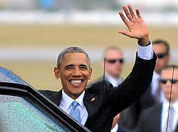 米国の現職大統領として88年ぶりにキューバを訪問し、出迎えの人たちに手を振るオバマ大統領=3月20日午後、ハバナ、奥寺淳撮影