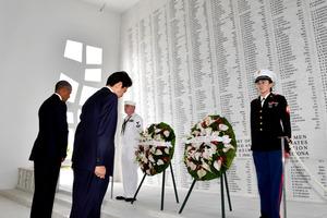 """米ハワイ・真珠湾のアリゾナ記念館で献花をし、黙<Asajikai sjis=""""祷"""">禱</Asajikai>(もくとう)するオバマ米大統領(左)と安倍晋三首相=27日午前、代表撮影"""