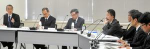 もんじゅの廃炉について報告を受ける原子力規制委員会の田中俊一委員長(左端)ら=28日、東京都港区