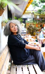 今年発売したオーガニックコットンのプルオーバーを着た落合恵子さん。「中高年になると着たい服がない。だから私がデザインしました」=クレヨンハウス東京店、石野明子撮影