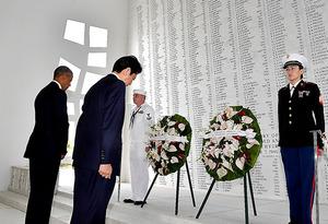 米ハワイ・真珠湾のアリゾナ記念館で献花をし、黙祷するオバマ米大統領(左)と安倍晋三首相=27日午前、代表撮影