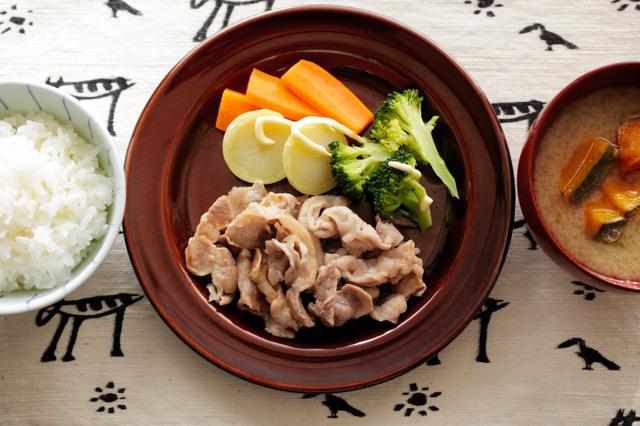 豚肉のソテーと蒸し野菜=合田昌弘撮影