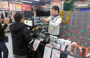 ワイヤレスイヤホンなどの特設売り場=大阪市北区のヨドバシカメラマルチメディア梅田