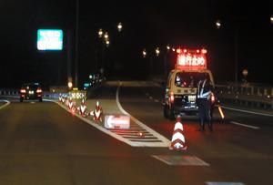 地震の影響で一部通行止めとなった常磐自動車道の日立南太田インターチェンジ=28日午後11時15分、茨城県日立市、長島一浩撮影