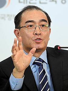 27日、ソウルで韓国記者団と懇談するテ・ヨンホ元駐英北朝鮮公使=東亜日報提供