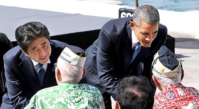 真珠湾攻撃を経験したエベレット・ハイランドさんと言葉を交わす安倍晋三首相(左)。右はオバマ米大統領=27日午後0時31分、米ハワイ・真珠湾、代表撮影