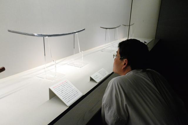 展示されている3振りの太刀=奈良市の春日大社