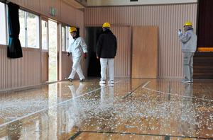 割れた窓ガラスの破片が散らばる体育館=高萩市下君田