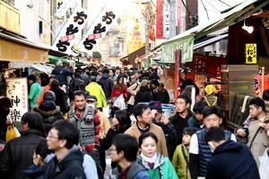 年末の買い物客らでにぎわう築地場外市場=29日午後、東京都中央区、北村玲奈撮影