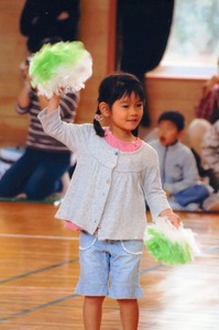 インフルエンザ脳症になる約1カ月前、幼稚園の運動会でお遊戯を披露する川端はるなさん=2009年10月、富山市内、家族提供