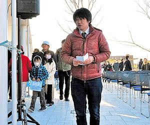 JR常磐線の再開を取材する谷口隆治さん