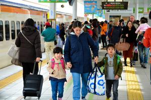 JR山形駅の新幹線ホーム。家族連れらで混み合った