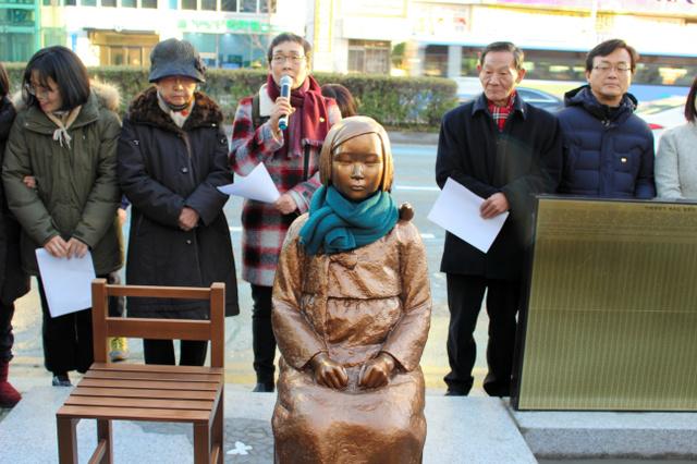 30日、釜山市東区の日本総領事館前に設置された慰安婦問題を象徴する「少女像」=李聖鎮撮影