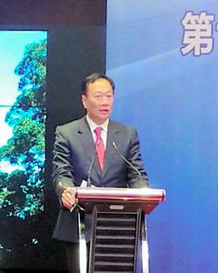 会見する鴻海精密工業の郭台銘会長=30日、中国・広州市、林一山撮影