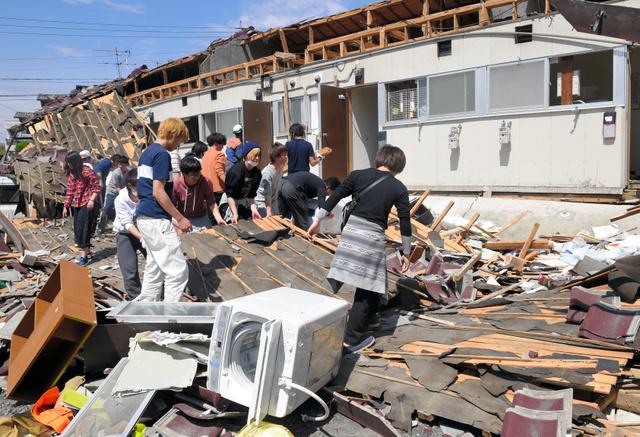 熊本地震の行方不明者の捜索に協力する学生たち=4月16日、南阿蘇村河陽の竹原アパート、長沢幹城撮影