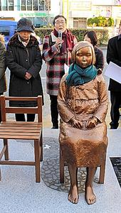 30日、釜山市東区の日本総領事館前に設置された「少女像」=李聖鎮撮影