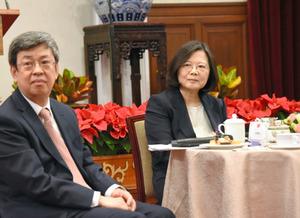 記者会見で質問を聞く蔡英文総統(右)と陳建仁副総統=台北、31日、鵜飼啓撮影