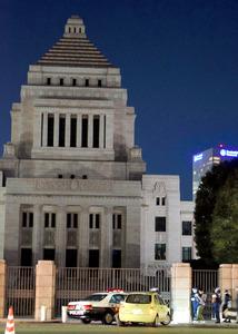 国会前のパトカーに衝突した乗用車=東京・国会議事堂