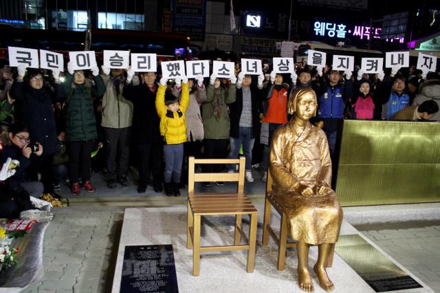市民団体などによって除幕された少女像=12月31日午後9時15分、韓国・釜山、李聖鎮撮影