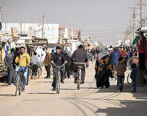 ザアタリ難民キャンプの「シャンゼリゼ通り」。人やロバが行き交い活気にあふれる=ヨルダン北部、渡辺丘撮影