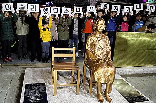 市民団体などによって除幕された少女像=31日午後9時15分、韓国・釜山、李聖鎮撮影