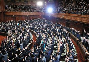 本会議で解散詔書が読み上げられ、万歳する衆院議員たち=2014年11月