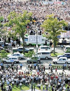 衆院選の街頭演説に集まった聴衆ら=2005年9月 歴代内閣の支持率