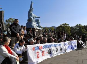 """座り込みの参加者は、長崎に原爆が投下された午前11時2分に黙<Asajikai sjis=""""祷"""">禱</Asajikai>(もくとう)を捧げた=1日、長崎市松山町、森本類撮影"""