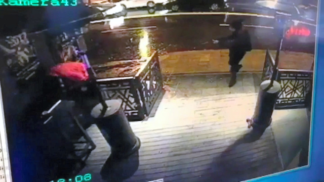 銃を持った男が防犯カメラに映っていた=1日、AP