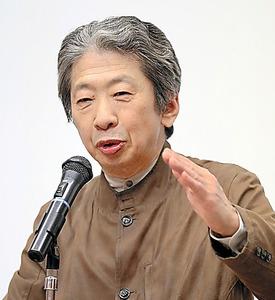 「夏目漱石国際シンポジウム」で講演する小森陽一氏=横浜市泉区、関田航撮影