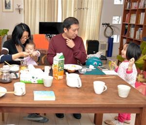 民泊先の女性がつくった朝食を食べる、上海から旅行に来た中国人の一家。男性は「子どもが小さいので、ホテルより広い部屋が落ち着く」と話す=2016年12月、東京都内