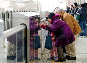 東海道新幹線のホームで、出発する列車に向かって手を振る人たち=3日午前11時50分、名古屋市中村区のJR名古屋駅、吉本美奈子撮影