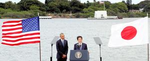 アリゾナ記念館(右奥)をオバマ米大統領(左)と訪れた後、演説する安倍晋三首相=12月27日午後、米ハワイ・真珠湾のキロ埠頭(ふとう)、岩下毅撮影