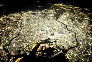 「成長」はいつまで、どこまで輝きを放つのか。東京都心(中央)から光が広がる=1万3700メートル上空、朝日新聞社機から、林敏行撮影