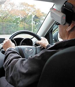 運転能力の検査の様子。頭に装着したカメラで、左右の安全確認などをチェックする=神奈川県座間市の都南自動車教習所