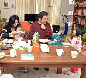 民泊先の女性がつくった朝食を食べる、上海から旅行に来た中国人の一家。男性は「子どもが小さいので、ホテルより広い部屋が落ち着く」と話す=東京都内