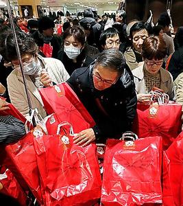 成長を支える消費社会。変化の兆しもある=2日、東京都内、関田航撮影